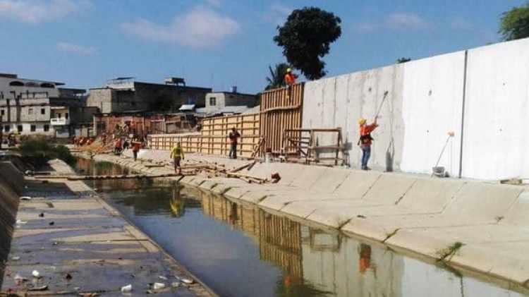 La construcción del muro avanza paralela al canal internacional de Zarumilla (Diario Regional de Tumbes)