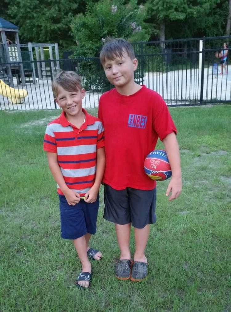 Stephen y Noah fueron separados por la corriente e hicieron que su familia se acerque a tratar de salvarlos