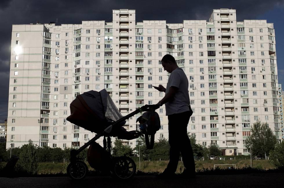 Los ucranianos, como este ciudadano de Kiev, son los segundos que más caminan, según sus móviles.