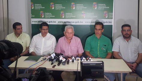 El gobernador de Santa Cruz, Rubén Costas, (c) en conferencia de prensa. Foto: Cuenta de Twitter de Rubén Costas