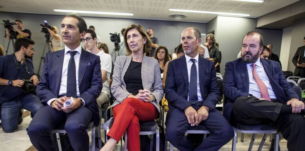 De izquierda a derecha, Patrick Drahi, cofundador de Altice; Rosa Cullell, consejera delegada de Mediacapital; Armando Pereira, cofundador de Altice, y José Luis Sáinz, consejero delegado de Prisa.