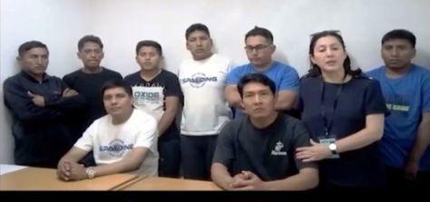 Los nueve bolivianos procesados en Chile junto a la viceministra Carmen Almedras.
