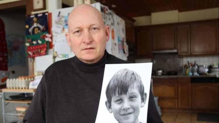Daniel Pittet hoy, con una foto de cuando tenía 8 años y comenzó a ser violado por un sacerdote en Friburgo.