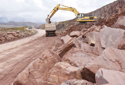 Vista general de los trabajos de construcción en la carretera Oruro - Cochabamba.