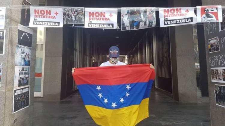 El Consulado de Venezuela en Milán amaneció este sábado cubierto con pancartas de protesta