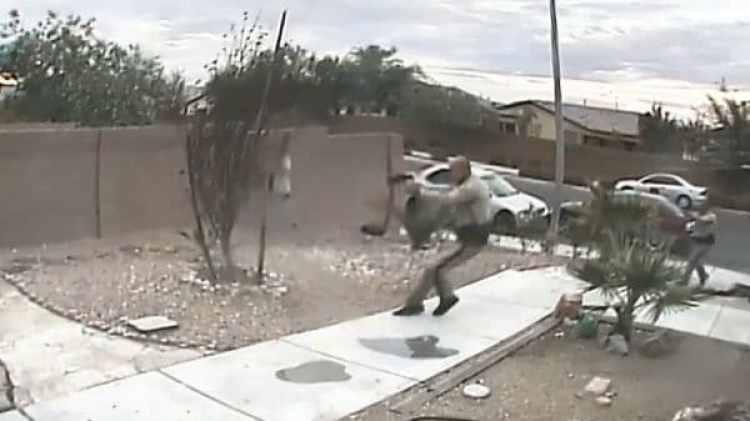 Uno de los policías dispara al criminal
