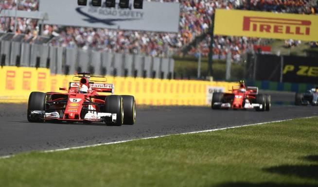 Raikkonen, persiguiendo a Vettel durante la carrera. (EFE)