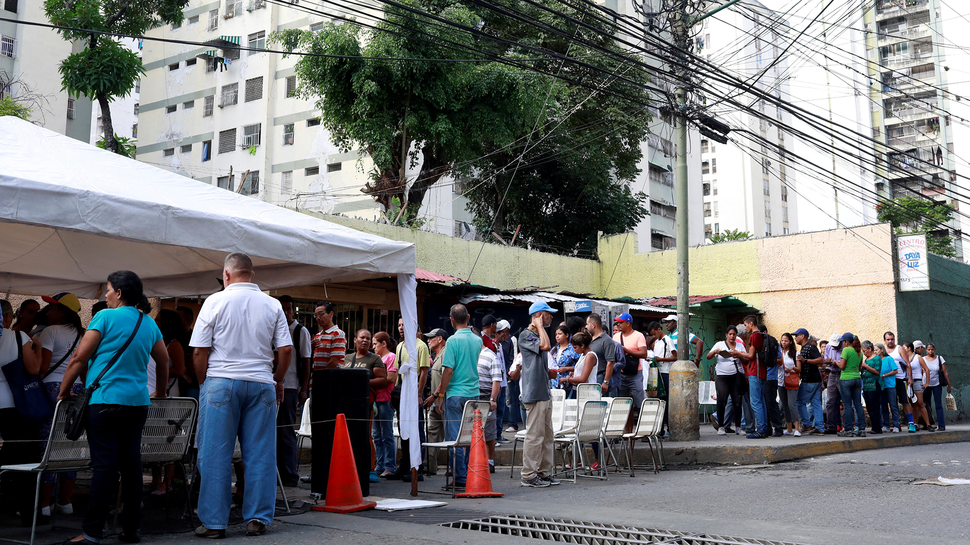 Gente reunida para la consulta opositora en Caracas(Reuters)