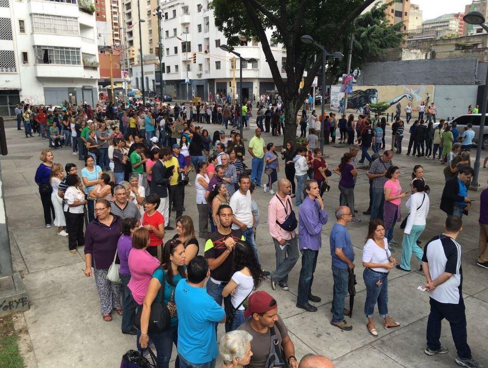 Largas filas para la consulta popular contra la Constituyente (@sntpvenzuela)