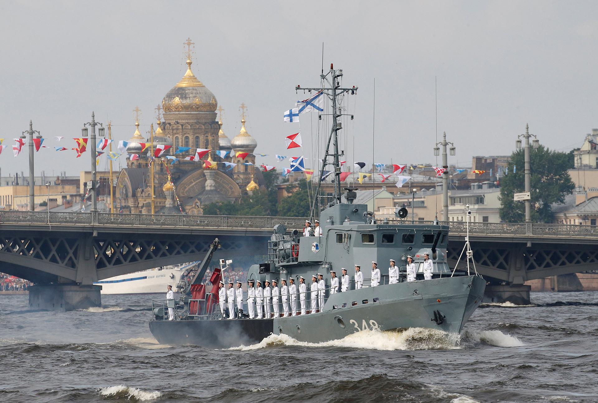 Un dragaminas ruso en el desfile naval por el Día de la Armada (Reuters)