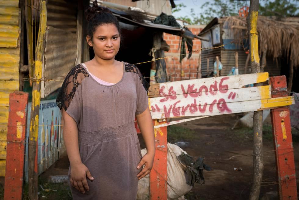 La joven de pie es Carla Vanesa Calderón, de 17 años, abusada cuando tenía 14.