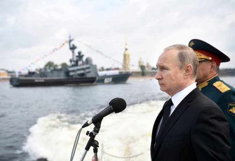 El presidente ruso, Vladimir Putin, durante un desfile naval (Reuters)