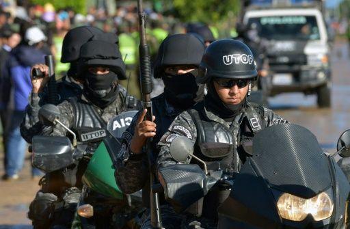 La policía antidisturbios patrulla los alrededores del centro de reclusión Palmasola, visitado por el papa Francisco durante su gira por Latinoamérica, el 10 de julio de 2015 en Santa Cruz, Bolivia
