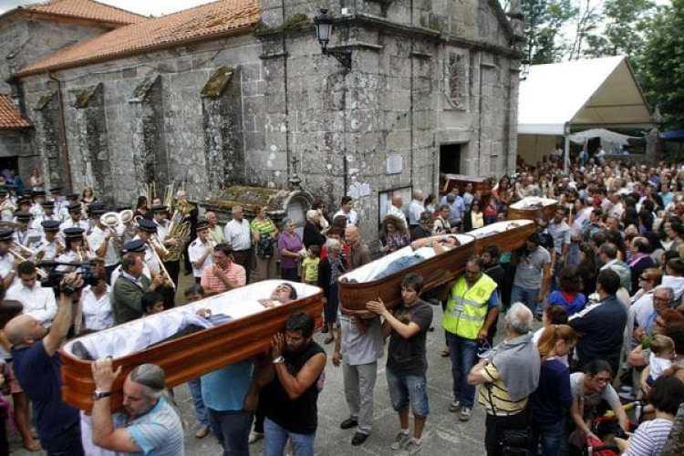 Varios ataúdes desfilan en procesión durante la celebración de las fiestas de Santa Marta de Ribarteme. (EFE)