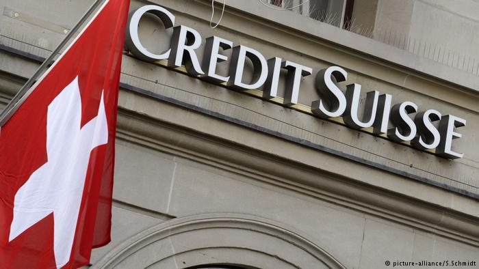 Das Logo der Schweizer Grossbank Credit Suisse und die Schweizer Flagge (picture-alliance/S.Schmidt)