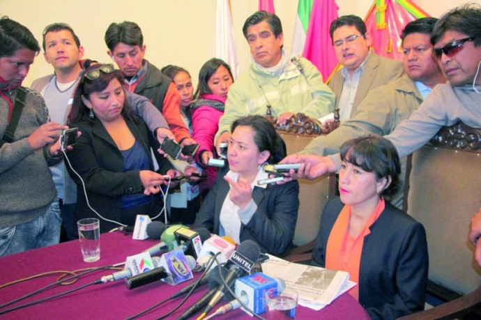 DENUNCIA. Las magistradas Cinthia Armijo y Deysi Villagómez en la conferencia de prensa.