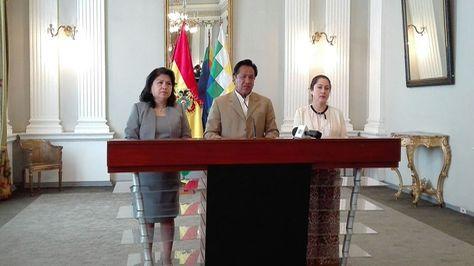 El ministro de la Presidente, René Martínez, en conferencia de prensa junto a las viceministras Guadalupe Palomeque y María del Carmen Almendras