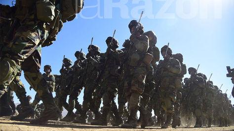 Desfile cívico militar en conmemoración al 192 aniversario de las FFAA de Bolivia, en la localidad de Kjasina, provincia Omasuyos del departamento de La Paz. Foto: Alejandra Rocabado