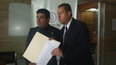 El diputado de oposición Norman Lazarte (izq) tras la presentación del recurso de inconstitucionalidad