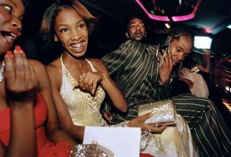 """Egresadas de la escuela secundaria Crenshaw, de culver City, elegidas para recibir el """"tratamiento de Oscar"""" en la fiesta de su promoción, en limusina, 2001.(Lauren Greenfield / Phaidon / ICP)"""