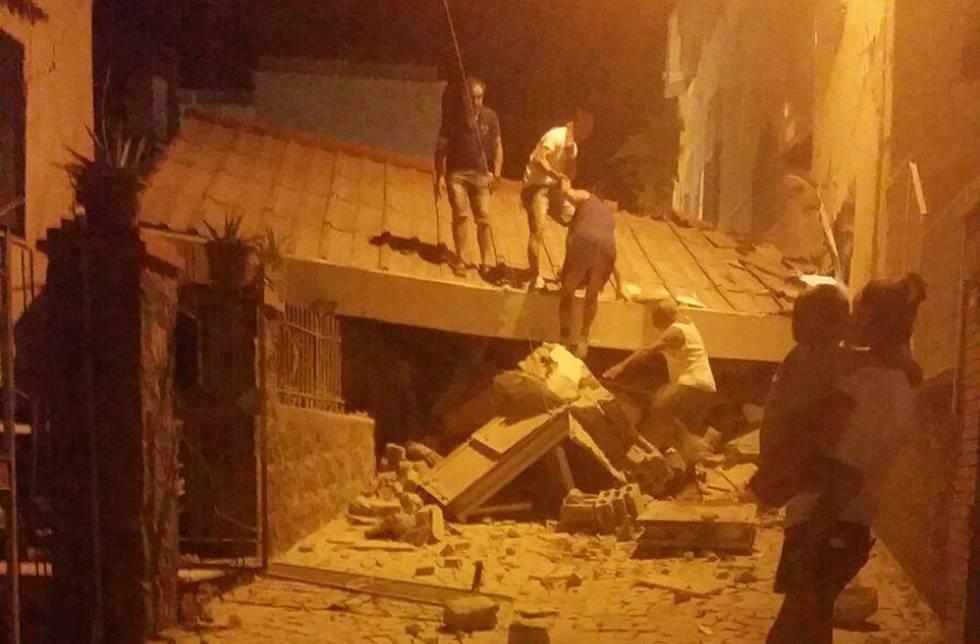 Ciudadanos buscan a desaparecidos bajo los escombros.
