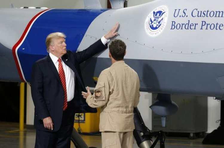 Donald Trump toca un drone usado por la patrulla fronteriza de Estados Unidos en Yuma, Arizona(Reuters)