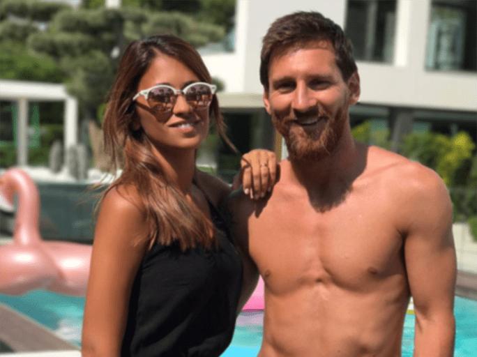 Messi aprovecha el verano para disfrutar de la pileta junto a Antonela Roccuzzo.