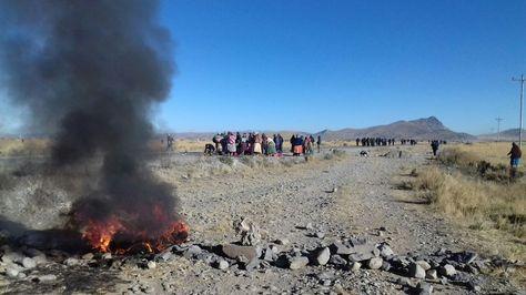Movilización de vecinos de Achacachi en la carretera.