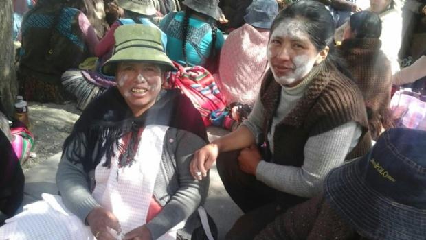 De la riña al apthapi: Imágenes del conflictivo día de las mujeres de Achacachi
