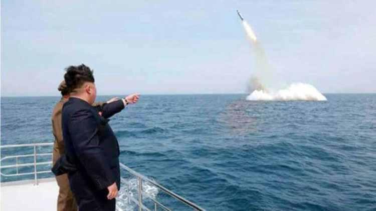 Kim Jong, el líder norcoreano, observa el lanzamiento de un proyectil