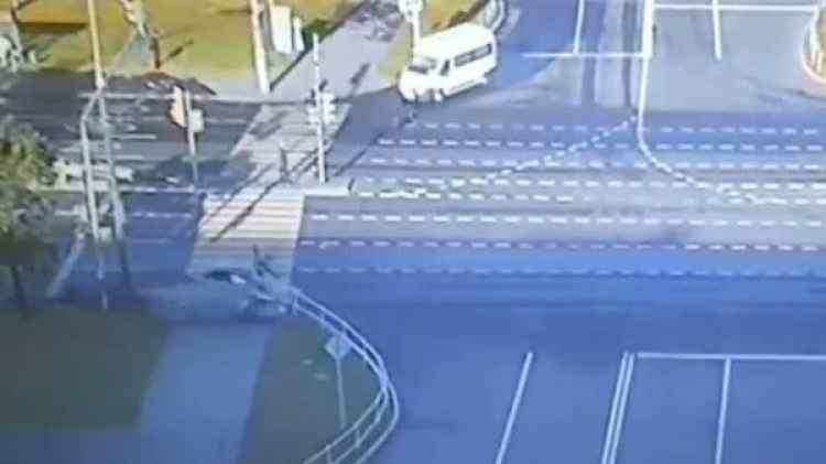El momento en que el conductor arrolla a los peatones