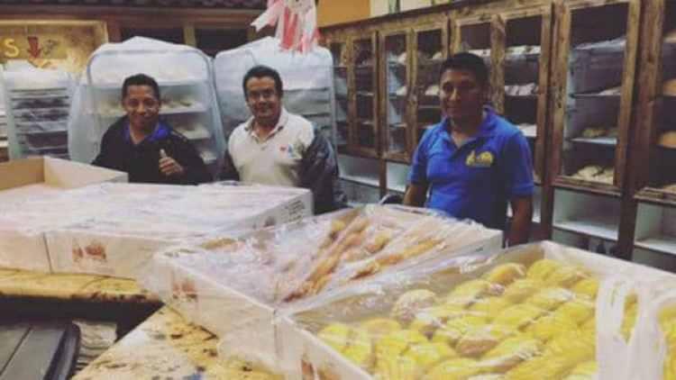 Los empleados de la panadería muestran el pan que hicieron mientras pasaba el huracán por Houston.