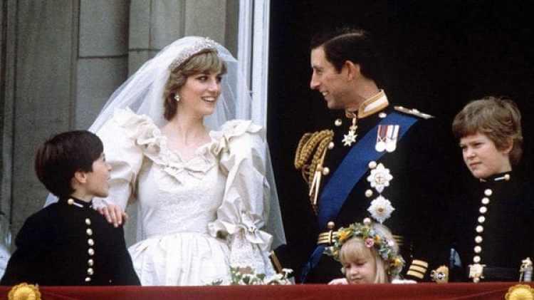 Carlos y Diana enel balcón del Palacio de Buckingham tras su boda, el 29 de junio de 1981. (REUTERS)