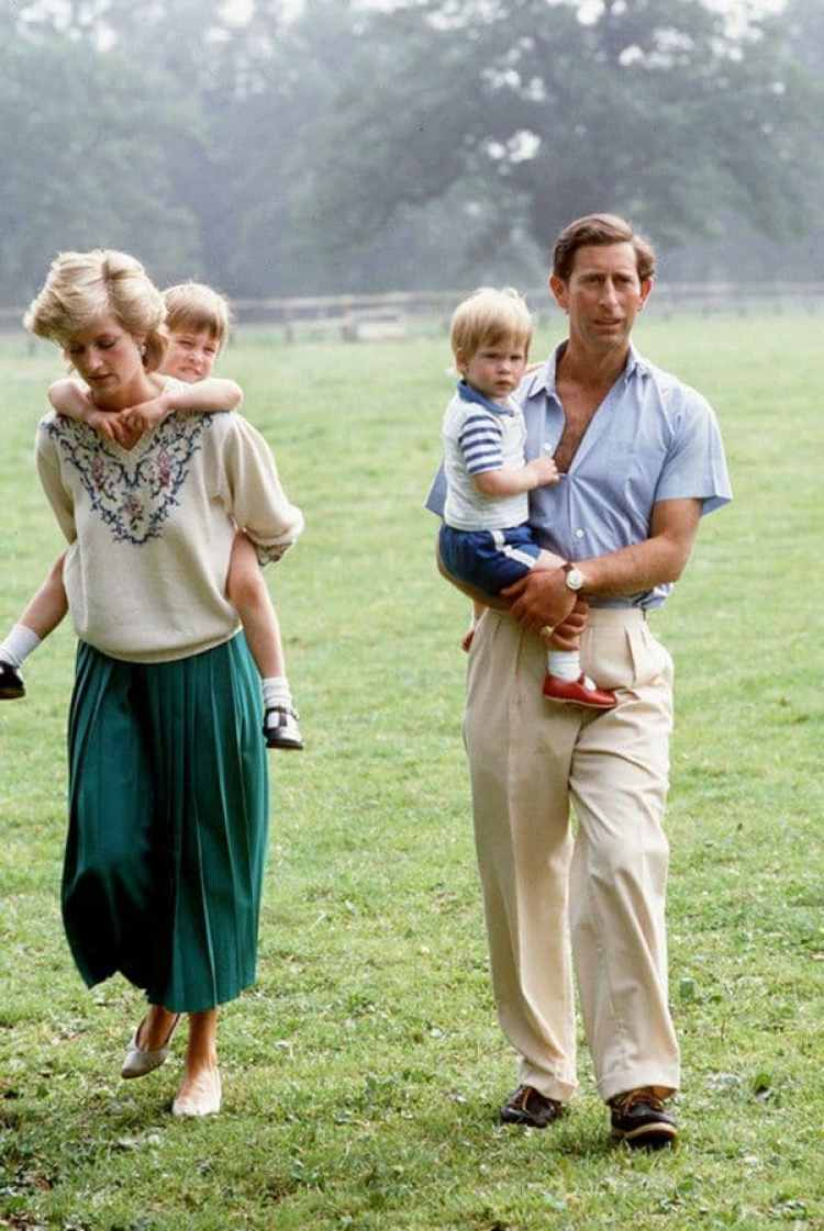 Diana y Carlos, con sus hijos, William y Harry. Después del naciomiento del segundo, en 1984, vivieron separados.