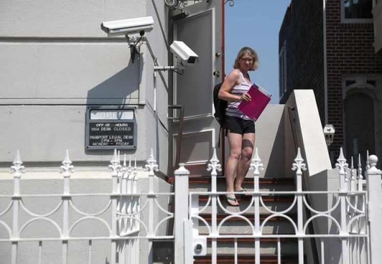 Una mujer dejando el consulado (Justin Sullivan/Getty Images/AFP)