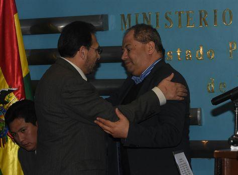 El ministro Romero saluda a Gonzalo Trigoso, el nuevo Viceministro de Seguridad Ciudadana. Foto: APG - noticias
