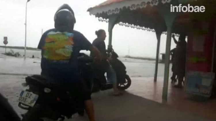 Estas personas debieron apartarse de la costa para no quedar con sus vehículos bajo el agua salada