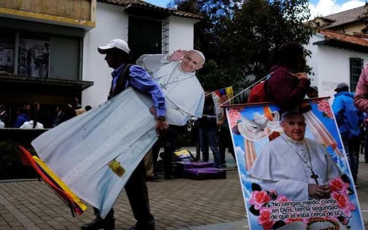 Un hombre lleva una imagen del papa en el centro de Bogotá. (REUTERS)
