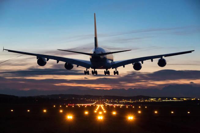 El aterrizaje suele ser el momento más propicio para que se taponen los oídos. (iStock)