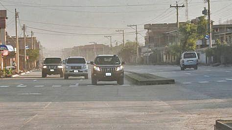 Paso de motorizados por la nueva vía Puente Tamborada - Villa Israel, Cochabamba.