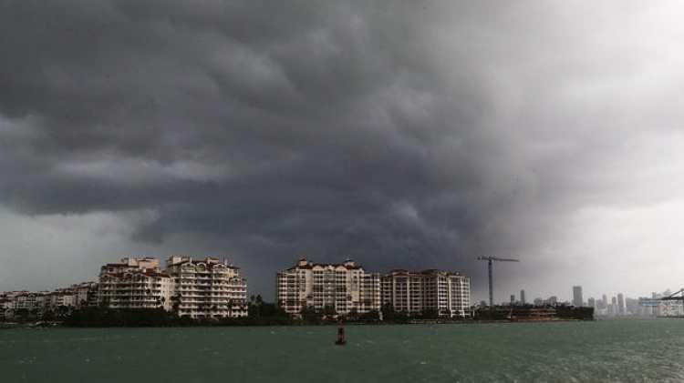 Se cierne la tormenta sobre Miami. La Policía del condado emitió un comunicado diciendo que no podrá atender llamados de urgencia hasta que pase el huracán Irma (AFP)