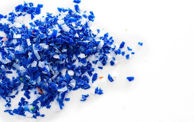 Residuos plásticos triturados reciclados. (iStock)