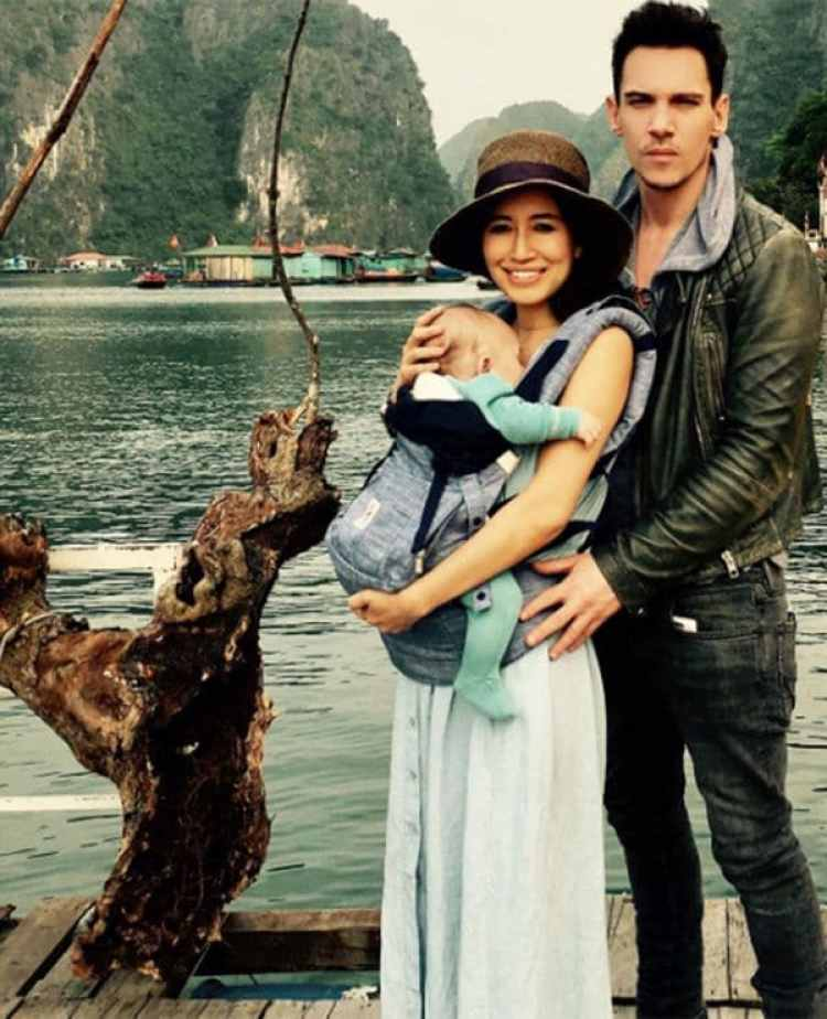 Jonathan Rhys-Meyers con su esposa e hijo