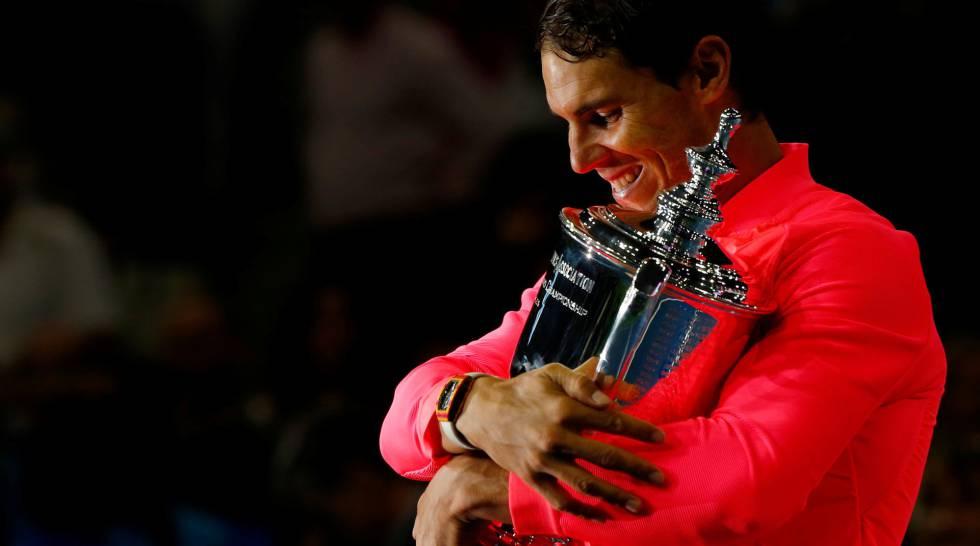 Nadal abraza el trofeo de campeón del US Open en Nueva York.