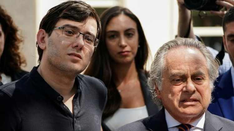 Martin Shkreli y su abogado Benjamin Brafman. (Reuters)