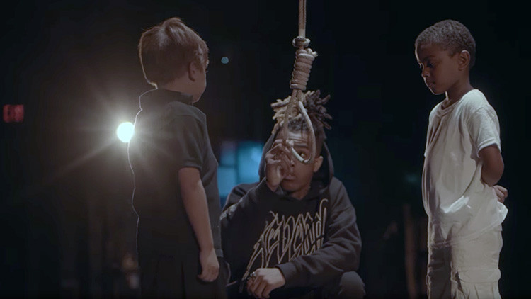 Un rapero negro de EE.UU. 'ahorca' a un niño blanco en su último videoclip