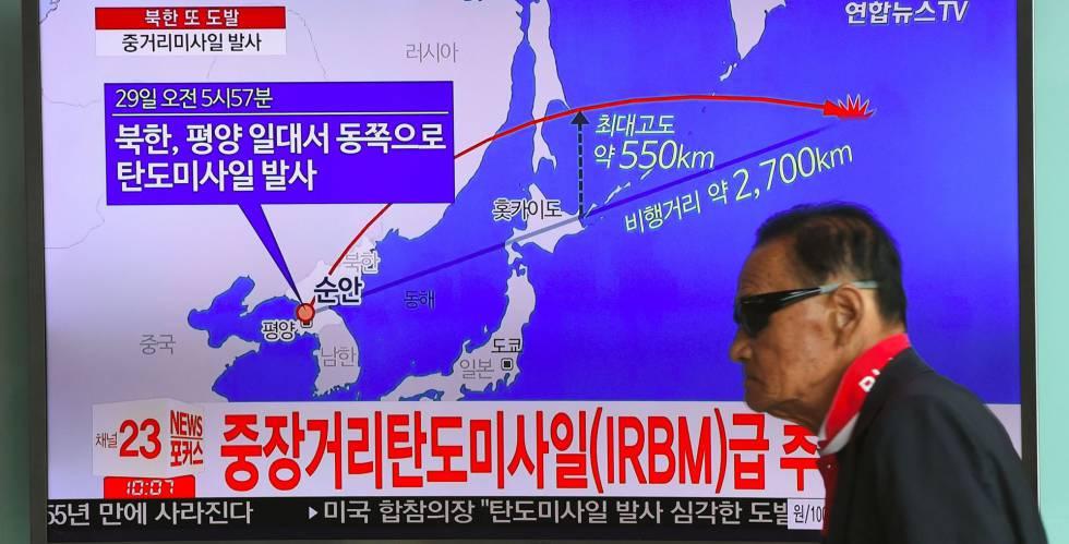 Un hombre surcoreano ante una pantalla de televisión tras el misil lanzado por Corea del Norte en agosto.
