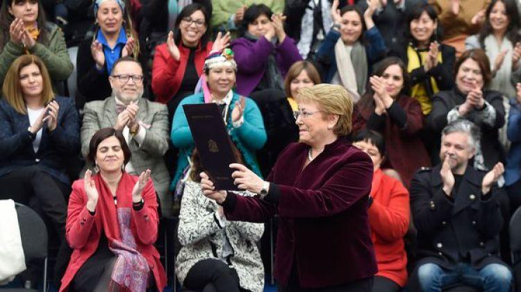 El proyecto de la despenalización del aborto en tres causales es interpretado como un mérito personal de la presidente chilena (EFE)