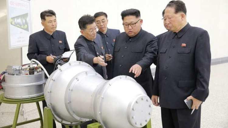 El dictador Kim Jong-un inspecciona la bomba h junto a sus funcionarios.