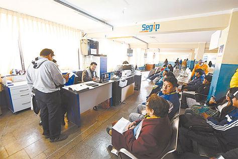 Misión. Funcionarios del Segip atienden al público y tramitan la otorgación de la actual cédula de identidad.